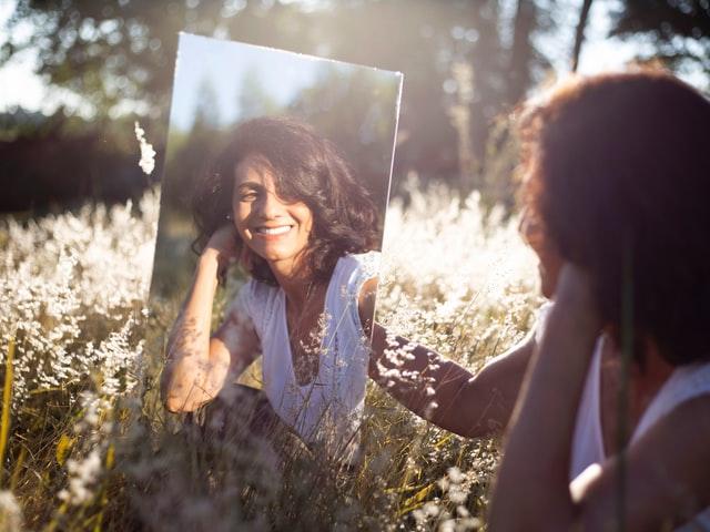 Mujer en el espejo - mitos falsos de la terapia online