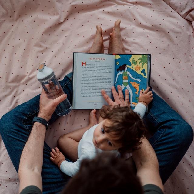 Niño tomando clases. Terapia infantil online
